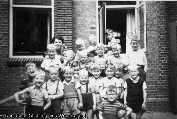 Keuken Oud Riet : Jufrouw riet met haar kleuters voor de keuken van huize st jozef