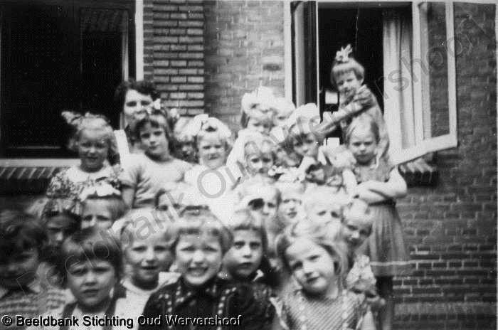 Keuken Oud Riet : Juffrouw riet met haar kleuters voor de keuken van st jozef foto