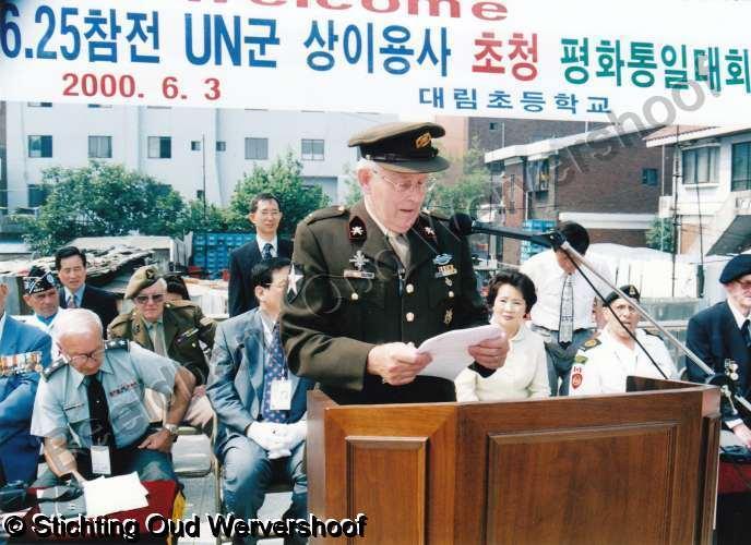 Klaas Schuitemaker spreekt 800 Zuid-Koreaanse kinderen toe (foto ...